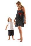 Schwangere Frau und ihre Sohnunterhaltung stockbild