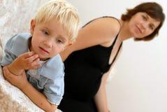 Schwangere Frau und kleiner Junge lizenzfreie stockbilder