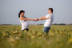 Schwangere Frau und Mann stockbilder