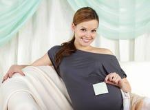 Schwangere Frau, welche die Geburt des Schätzchens erwartet Stockfotos