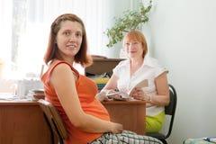 Schwangere Frau während der medizinischen Prüfung Lizenzfreie Stockfotografie
