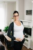 Schwangere Frau am Wohnzimmer stockfotografie