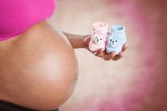 Schwangere Frau wundert sich, wenn es Junge oder Mädchen ist Lizenzfreies Stockfoto