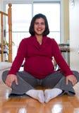 Schwangere Frau zu Hause Lizenzfreies Stockfoto