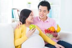 Schwangere Frau, die Früchte isst Stockfotos