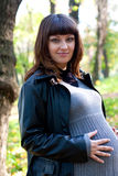 Schwangere Frauen im Herbstpark Lizenzfreie Stockfotografie