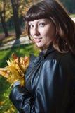 Schwangere Frauen im Herbstpark Stockfoto