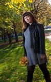 Schwangere Frauen im Herbstpark Lizenzfreies Stockfoto