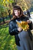 Schwangere Frauen im Herbstpark Stockbild