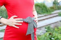 Schwangere Frauen im roten Kleid Stockbilder