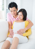 Schwangere Frau mit Ehemann Stockfoto