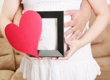 Schwangere Frauen mit ihrem Ehemann, der auf ihr Baby wartet Stockfoto