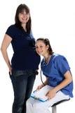 Schwangere Frauen und Doktor lizenzfreie stockfotografie