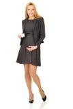 Schwangere Geschäftsfrau, die flaches Modell hält stockbild