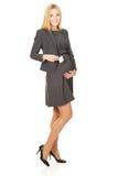 Schwangere Geschäftsfrau, die flaches Modell hält stockbilder
