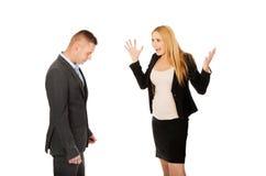 Schwangere Geschäftsfrau, die mit ihrem Partner argumentiert Stockfoto