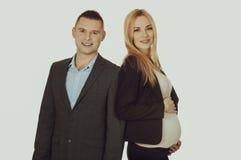 Schwangere Geschäftsfrau mit ihrem Partner Stockfotos