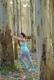 Schwangere gesunde Frau auf Training der Eignung dem im Freien, das cal ausdehnt stockfoto