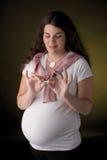 Schwangere Holdingzigarette Lizenzfreie Stockfotos