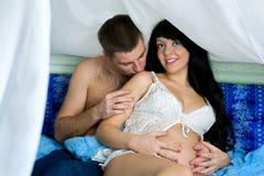 Schwangere lächelnde Frau mit ihrem Ehemann lizenzfreies stockbild
