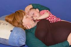 Schwangere Mama und ihre Babytochter Stockbilder