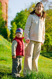 Schwangere Mamma mit Sohn am Frühlingsweg Lizenzfreies Stockfoto