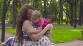 Schwangere Mutter, die mit Baby spielt stock video footage