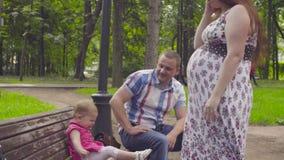 Schwangere Mutter, die mit Baby spielt stock footage