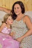 Schwangere Mutter mit ihrer Tochter Stockfoto