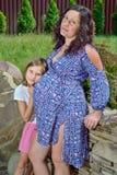 Schwangere Mutter mit ihrer Tochter Lizenzfreie Stockfotografie
