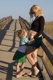 Schwangere Mutter mit Tochter Stockfotografie