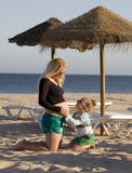 Schwangere Mutter mit Tochter Stockbilder