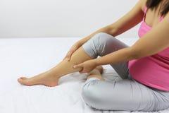 Schwangere Mutter nahm den Griff auf dem Bein weil es Schmerzen lizenzfreie stockfotografie