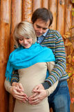 Schwangere Paare der Junge in der Liebe Lizenzfreie Stockfotos