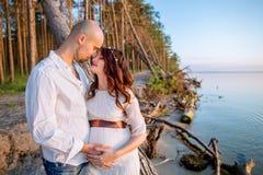 Schwangere Paare der Junge in der Liebe am sonnigen Abend des Sommers Stockfoto