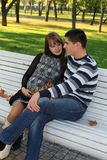 Schwangere Paare der Junge im Park Lizenzfreie Stockfotografie