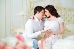 Schwangere Paare der Junge mit Babybeuten für neugeborenen Jungen Lizenzfreies Stockbild