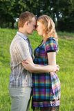 Schwangere Paare in der Liebe lizenzfreie stockfotos
