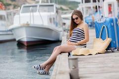 Schwangere Schönheit auf dem Pier in dem Meer Lizenzfreie Stockbilder