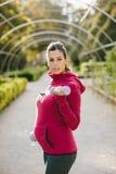 Schwangere sportliche Frau, die unter Verwendung der Gewichte im Freien trainiert stockbild