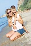 Schwangere umarmender und lächelnder Mutter und Sohn Stockfoto