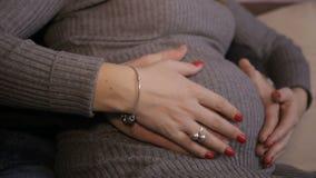 Schwangerer Bauch der männlichen und weiblichen Handliebkosung stock video