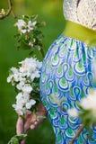 Schwangerer Bauch mit Blütenniederlassung Stockfotografie