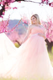 Schwangerer hübscher Garten der Frau im Frühjahr Stockfoto