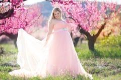 Schwangerer hübscher Garten der Frau im Frühjahr Lizenzfreies Stockbild