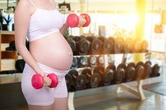 Schwangeres Übungskonzept Porträt des schönen Asiaten schwanger Stockfotos