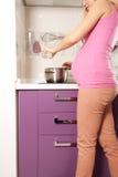 Schwangeres Kochen Lizenzfreies Stockfoto