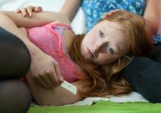 Schwangeres Mädchen des Freundkomforts Stockfoto