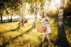 Schwangeres Mädchen in einem hellen Kleid stockbilder