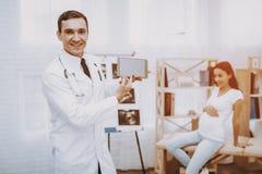 Schwangeres Mädchen am Gynäkologen Doctor lizenzfreie stockbilder